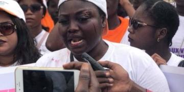 Les femmes marchent pour lutter contre la violence faite contre elles